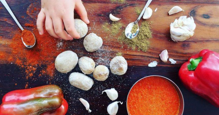 Virtos bulvytės su raudonuoju padažu (Papas Arrugadas con Mojo rojo)