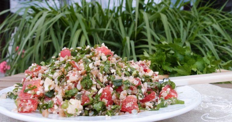 Žiedinių kopūstų, pomidorų ir grikių salotos