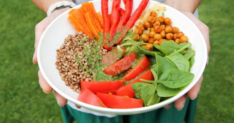 Budos dubuo arba tiesiog salotų dubuo su špinatais, pomidorais, keptomis daržovėmis, grikiais ir avinžirniais