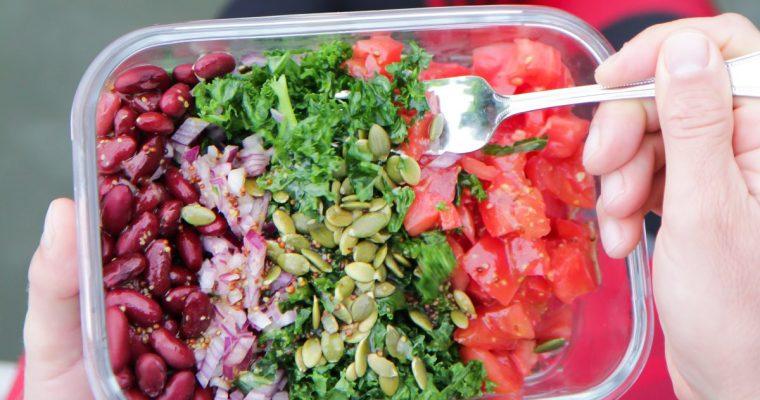 Lapinio kopūsto (kale), pupelių ir pomidorų salotos