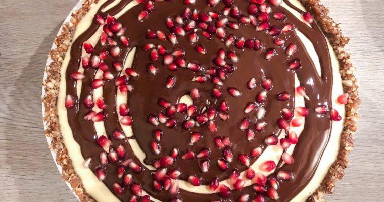 Apelsinų kremo pyragas su šokoladu ir granatų sėklomis