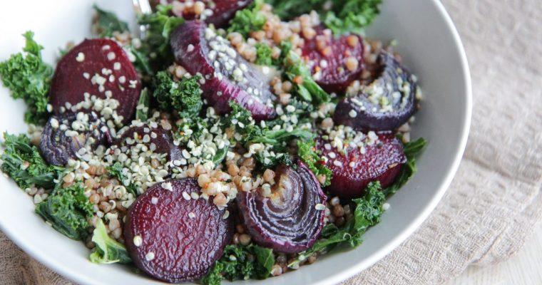Keptų burokėlių, raudonųjų svogūnų ir lapinio kopūsto (kale) salotos su grikiais