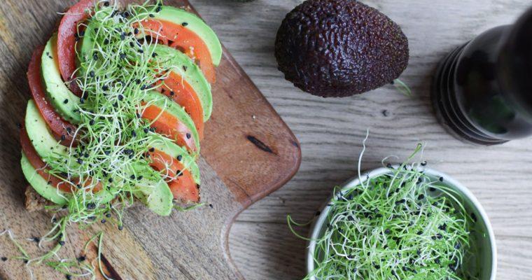 Sumuštinis su avokadu, pomidoru ir česnako daigais