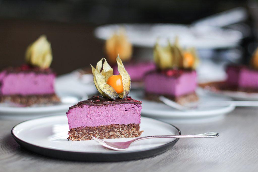 Veganiškas juodųjų serbentų sūrio tortas