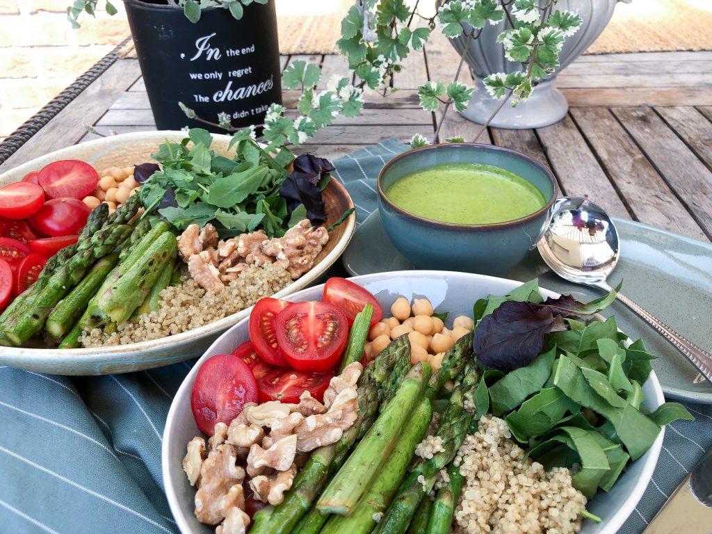 Salotų dubuo su šparagais, bolivine balanda, avinžirniais,, graikiniais riešutais ir žolelių padažu
