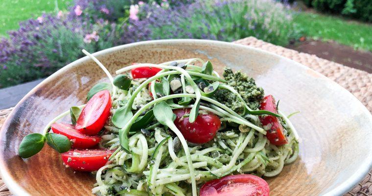 Cukinijų spagečių salotos su moliūgo sėklų pesto