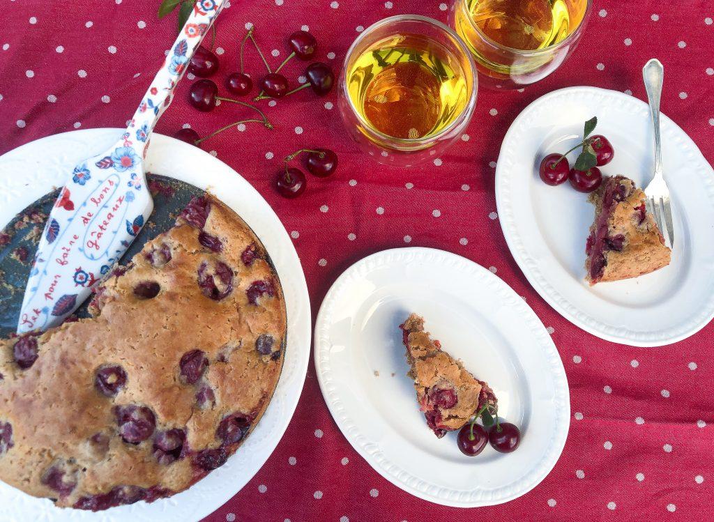 Lengvai pagaminamas vyšnių pyragas, purus ir minkštas, puikiai tinka prie arbatos ar kavos puodelio.
