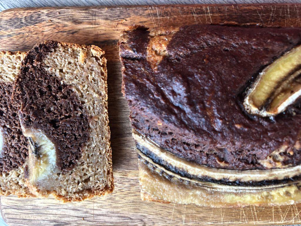 Gabaliukais supjaustyta veganiška bananų duona.
